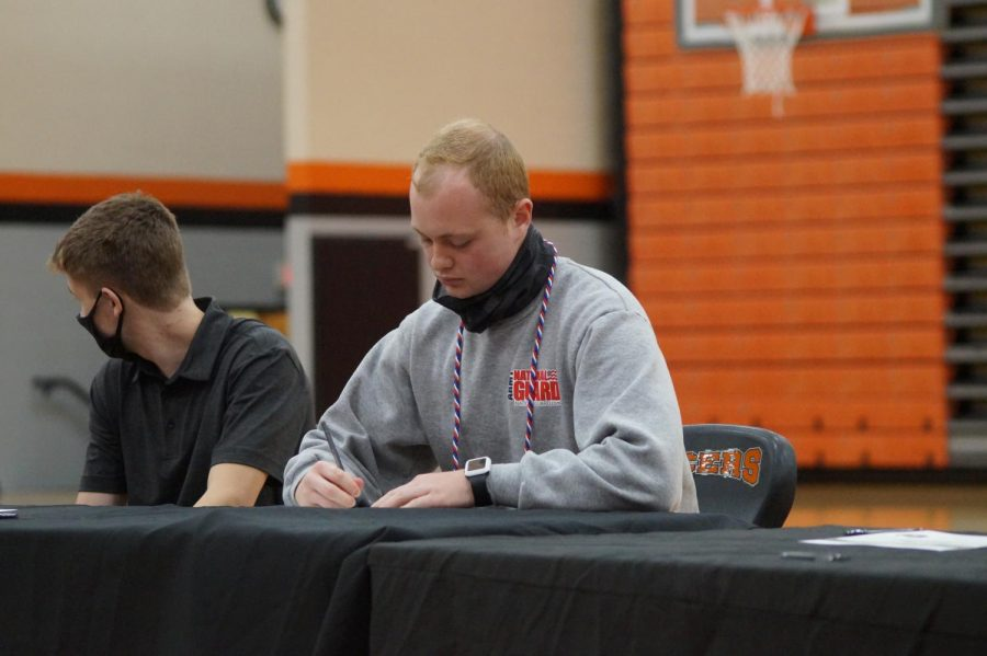 Dominic Boeriu signs to the Ohio Army National Guard.