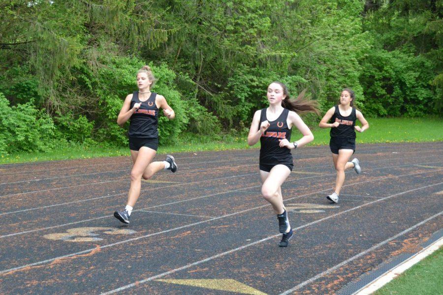 Hayes runners in first lap of 800 meter run.